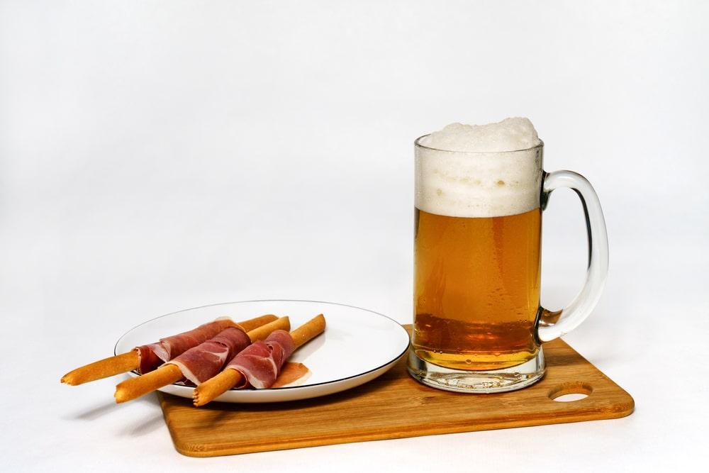 jarra de cerveza y jamón ibérico