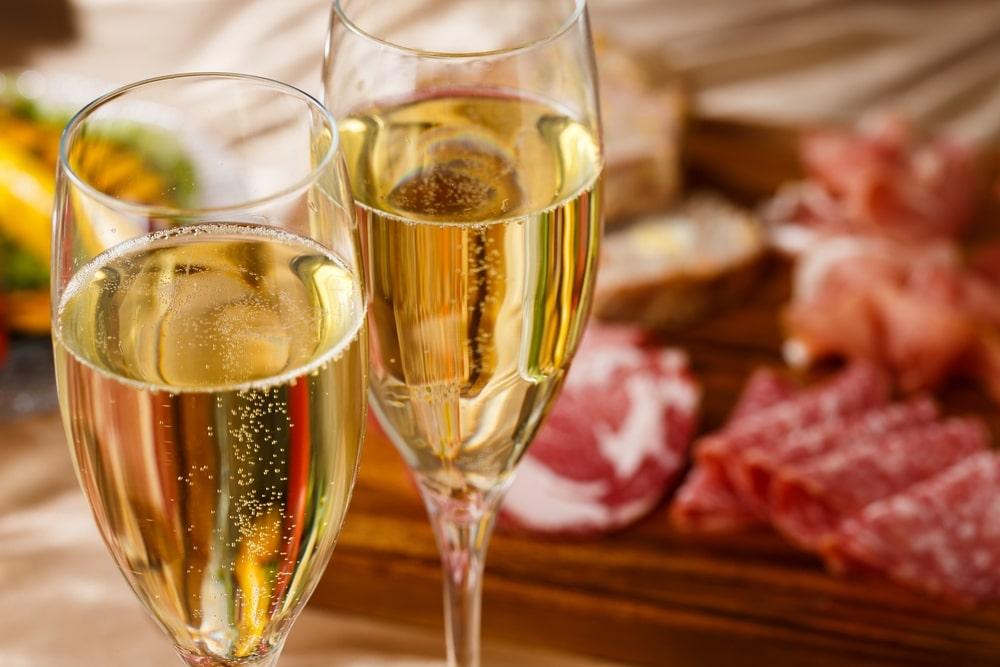 copa de champán y tabla de embutidos ibéricos